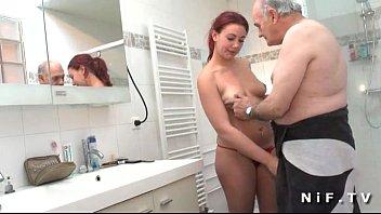 Papai tarado entrou no banheiro e fez sua filha foder contigo