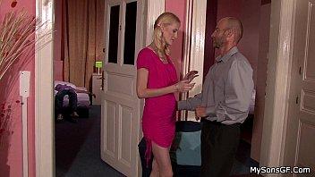 Sexo pervertido pai safado fudendo buceta rosa da filha loirinha