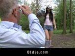 Novinha safada oferecendo bucetinha para vovo em troca de pilhas