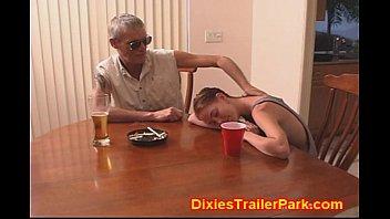 Novinha se embebeda com o papi velho e transam muito