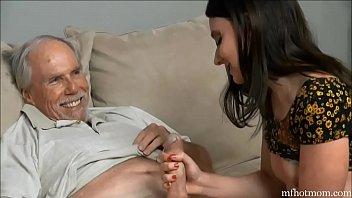 Velho finge ser enfermo para foder a netinha gostosa