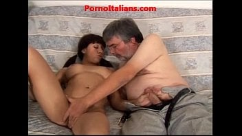 Vovô com a netinha delícia na cama fazendo porno
