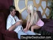 Papai chega cansado em casa e filha dá muito amor