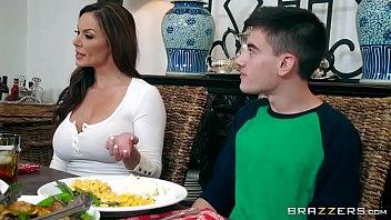 Sexo entre mãe e filho dentro da cozinha durante almoço