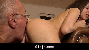 Comendo a sua filha novinha de peitos durinhos
