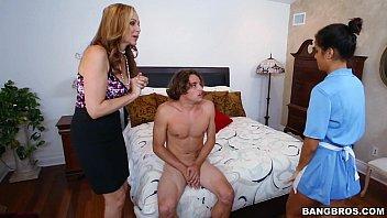 Comendo empregada domestica na frente da mamae gostosa