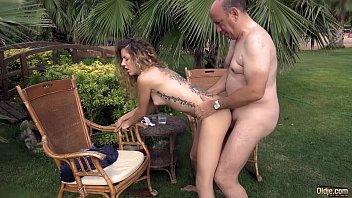 Filha gostosa senta no colo do papai com tesão para transar
