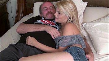 Pai socando a piroca dentro da bunda da sua filha novinha safada