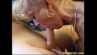 Mãe brasileira fazendo boquete para menino novinho