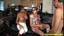 Mãe e filha fazendo sexo com novo vizinho