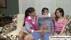 Mãe flagrou sua filha mais novinha dando bucetinha gozada