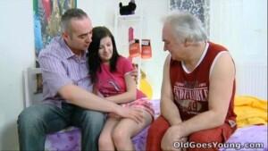 Pai fazendo sexo com sua filha inocente com tesão