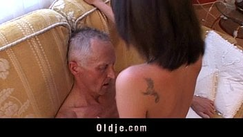 Pai bêbado fodendo buceta gostosa da sua menina safada