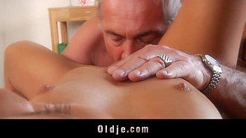 Porno filha e pai transando nus no sofá