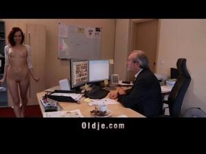 Filha provocativa nua no trabalho para papai foder