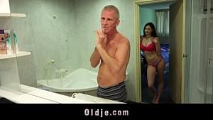 Sexo grates no banheiro com filha
