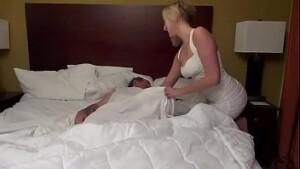 Tv zona na cama com irma safada
