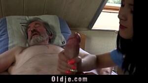 Filha chupando o pau do seu proprio pai enquanto o velho dormia