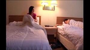 Irmã acorda no meio da noite cheia de tesão e resolve acordar o irmão pra foder