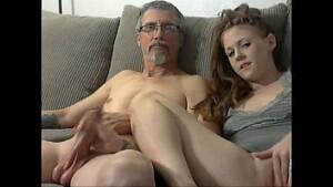 Pai e filha fodendo gostoso no video de novinha transando com seu papai