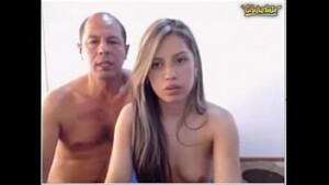 Pai e filha transando gostoso em frente da webcam pra arrecadar dinheiro