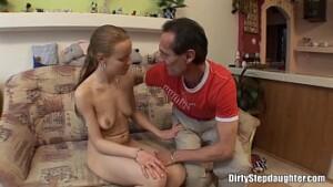 Pai seduzindo sua filha mais nova pra poder foder sua buceta virgem