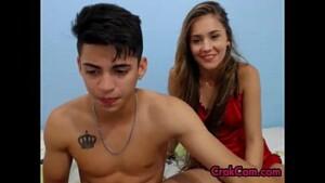 Primos novinhos transando com a webcam ligada enquanto ele fodia a buceta da priminha putinha