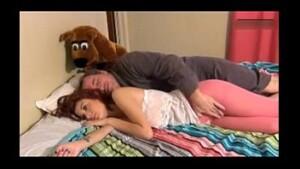 Tio ve sua sobrinha gostosa dormindo e começa a passar a mão na gostosa