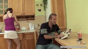 Incesto amador com pai violentando a buceta da filha novinha