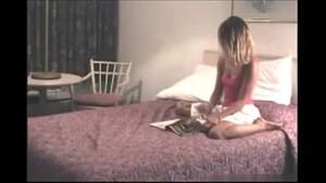 Irmão filmando a Irmã Novinha se masturbando na cama