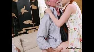 Pai coroa safado tirando a virgindade da filha mais nova