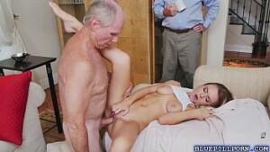 Pai e tio fodendo a filha novinha no incesto em familia