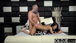 Pai estuprando sua filha gostosa no Video de sexo entre pai e filha