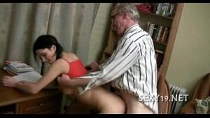 Pai pega filha no banheiro pelada e segue ela ate o quarto pra estuprar a gostosa