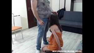 pai pega filha só de toalha e estupra a novinha gostosa