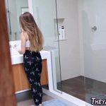Pegando a irmã novinha de jeito no porno amador