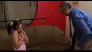 Videos de Incesto pai estuprando a filha mais nova de 18 aninhos