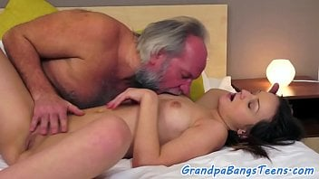 Incesto real Papai fazendo sexo com sua filha gostosa no Video de incesto