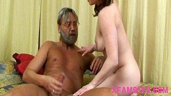 Incesto real com filha novinha chupando o pau do seu papai no sexo incesto