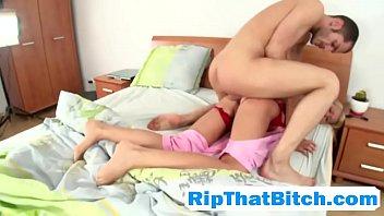 Irmão pegando irmã a força abusando de sua buceta novinha