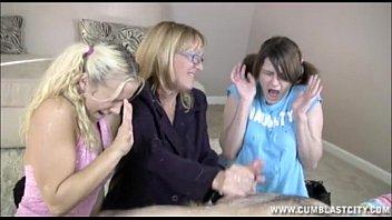 Pais doidos fodendo com as duas filhas novinhas