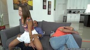 Liza Novinha Fodendo com seu tio do lado do seu pai no video amador incesto