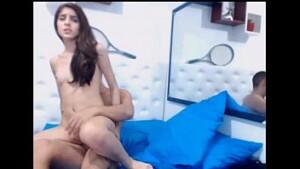 Novinha sentando na piroca do primo com a webcam ligada