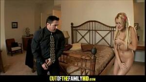 Pai pega filha se masturbando no quarto e estupra sua propria filha