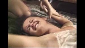 Cunhadinha foi dormir na casa da irmã e sua irmã e seu cunhado estupraram a novinha