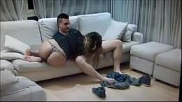 Prima é flagrada fodendo com primo no sofá da sala no incesto amador
