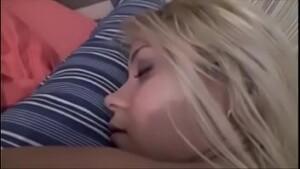 Safado pegou sua cunhada gostosa dormindo pelada e não se aguentou