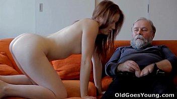 Filho leva namorada pra papai foder a novinha gostosa no video de incesto porno