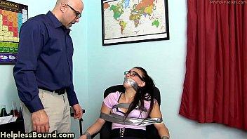 Irmão violando a buceta da irmãzinha novinha ninfeta gostosa