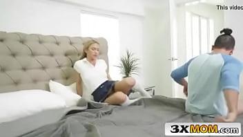 Mãe safada pega seu filho mais novo batendo uma punheta